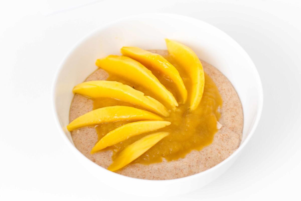 Mikrowellen Grießbrei mit Apfel-Mangomark und frischer Mango