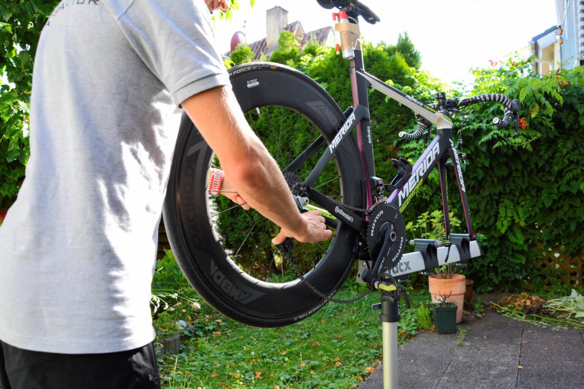 Kette entspannen und Laufrad ausbauen