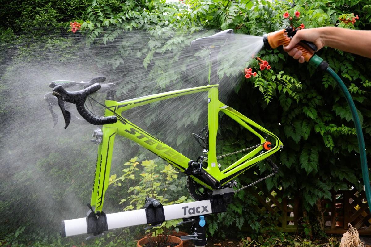 Fahrrad mit Wasser abspritzen