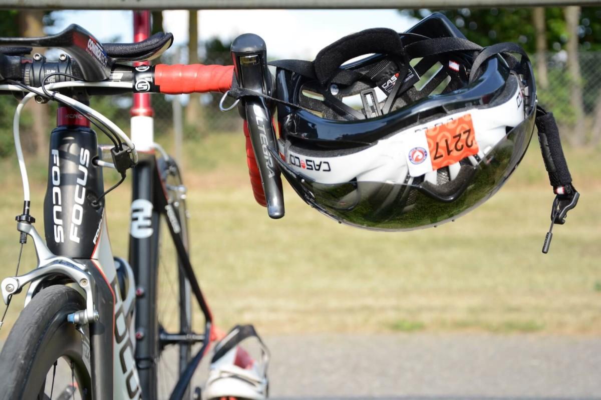 Helm am Rad positionieren