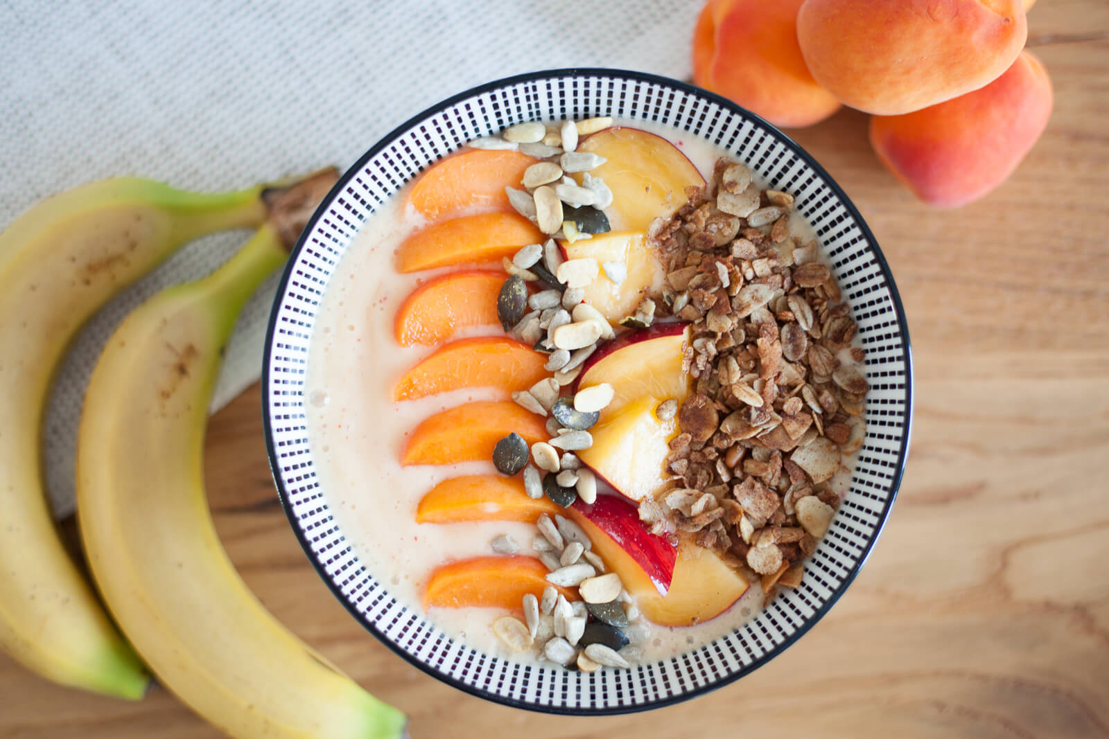 Morning cool down: frozen Smoothie-Bowl