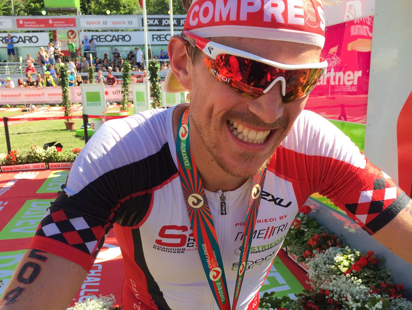 Happy and done: Simon im Ziel seiner ersten Langdistanz