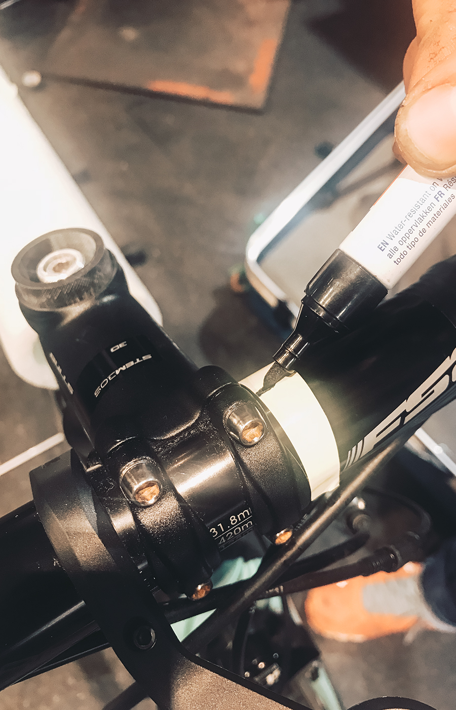 Ein Stück Kreppband genügt, um die Lenkerposition vor dem Abbau zu Markieren.