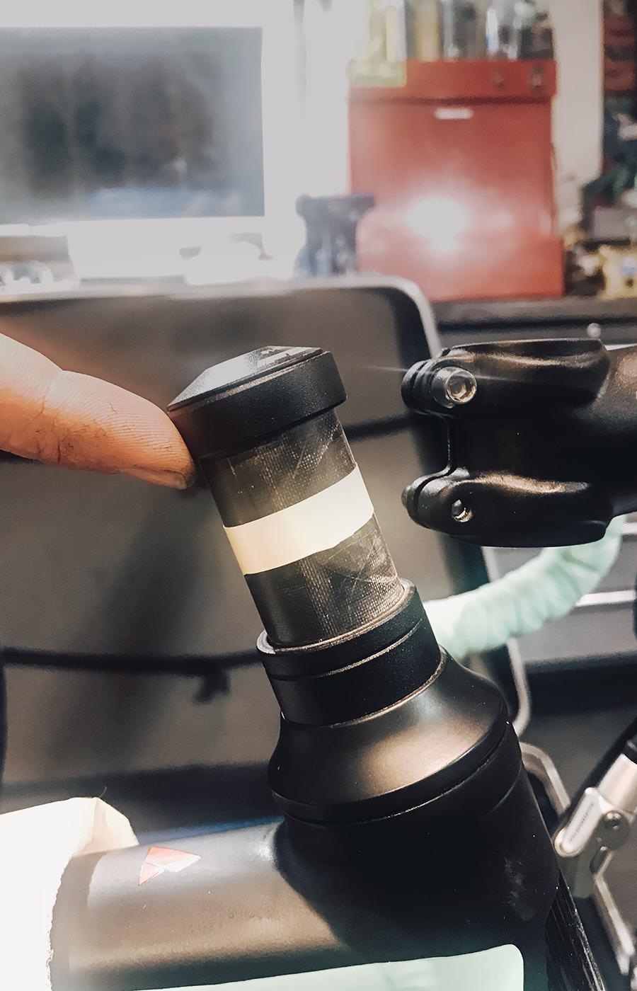 Spacer hochhalten und mit einem Streifen Kreppband die Lenkerposition markieren.
