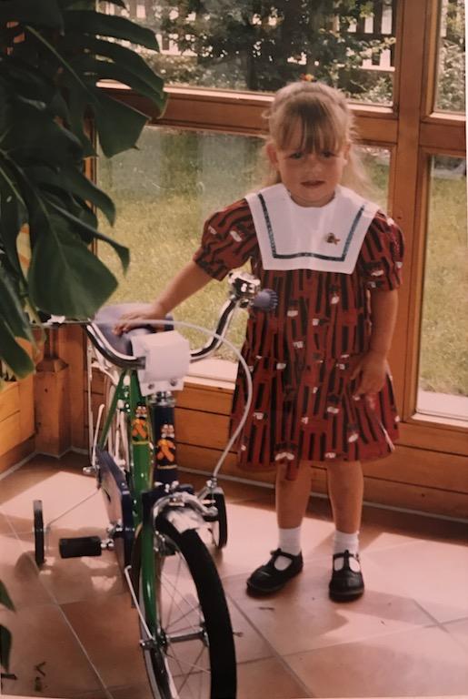 Laura mit ihrem ersten Fahrrad