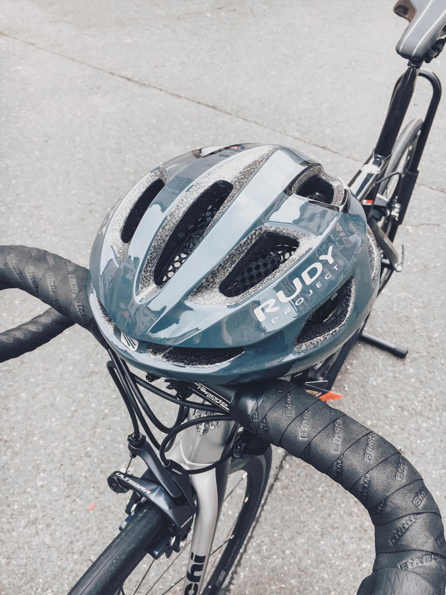 Rennrad-Helm von Rudy Project mit Belüftungsschlitzen