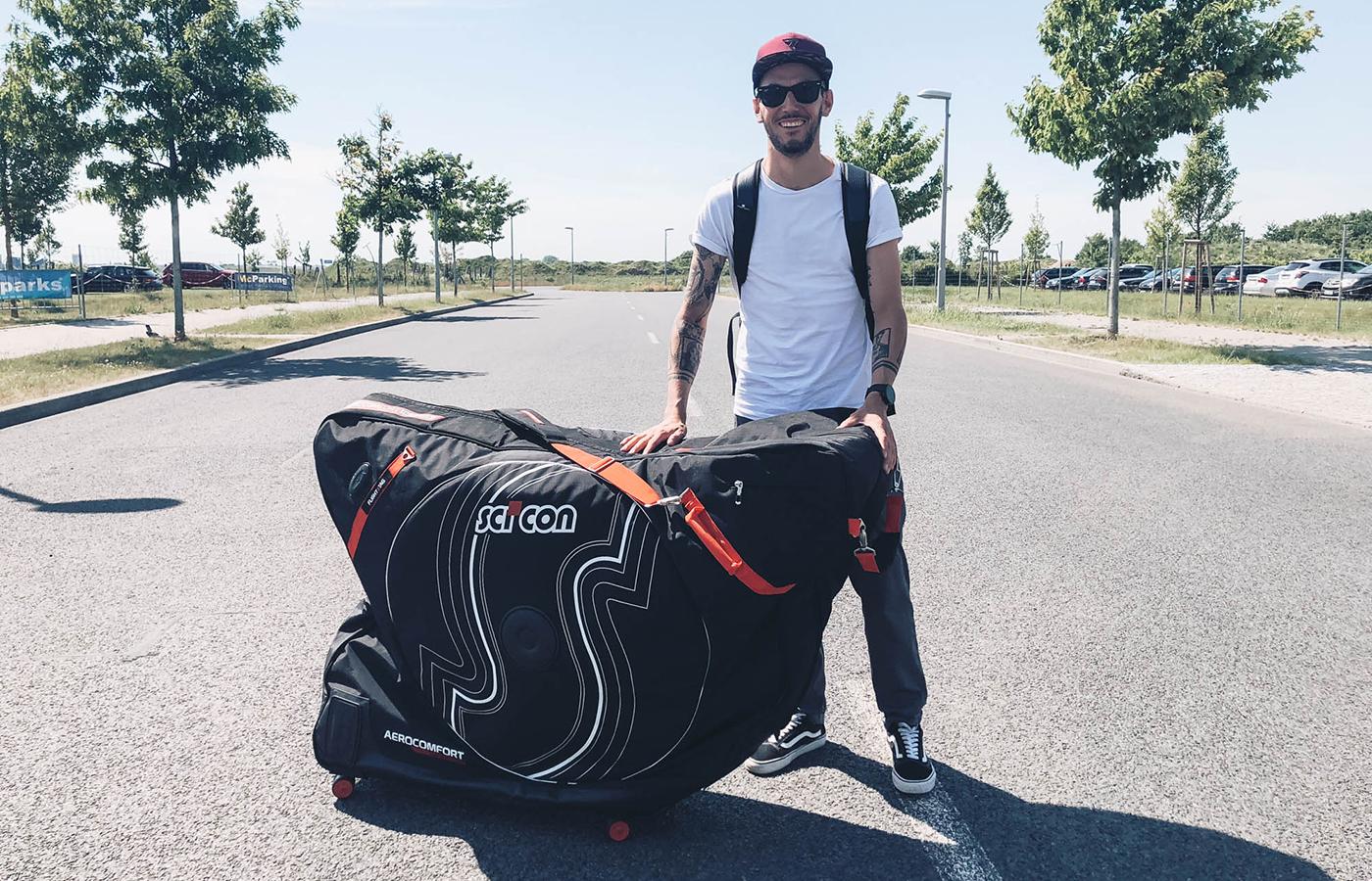 Daniel ist mit seinem Radkoffer unterwegs