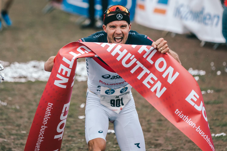 Jan Frodeno im Ziel beim Triathlon in Buschhütten. Bild: Marcel Hilger