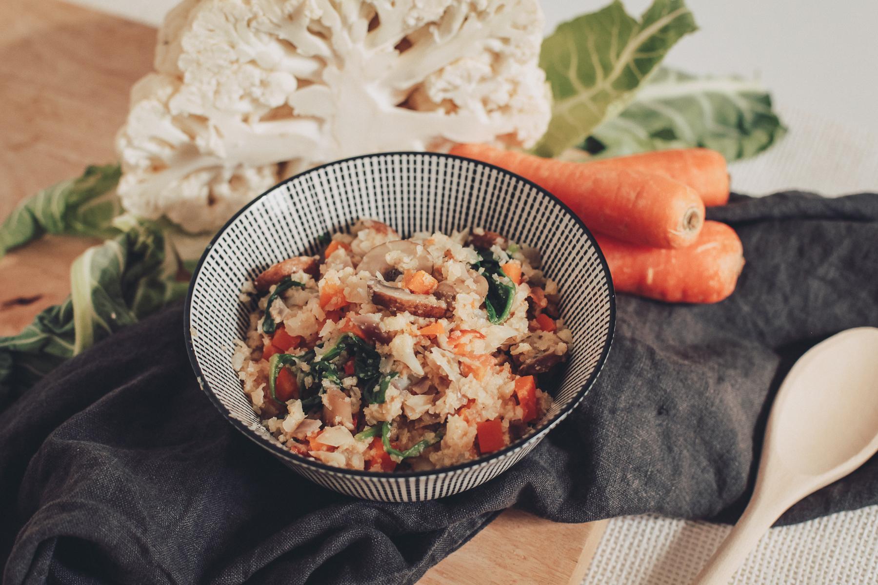 Blumenkohl-Reispfanne mit buntem Gartengemüse